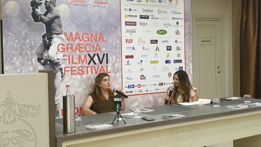 """images Francesca Reggiani e il suo """"Sono italiana, ma voglio smettere"""" al Magna Graecia Book Festival"""
