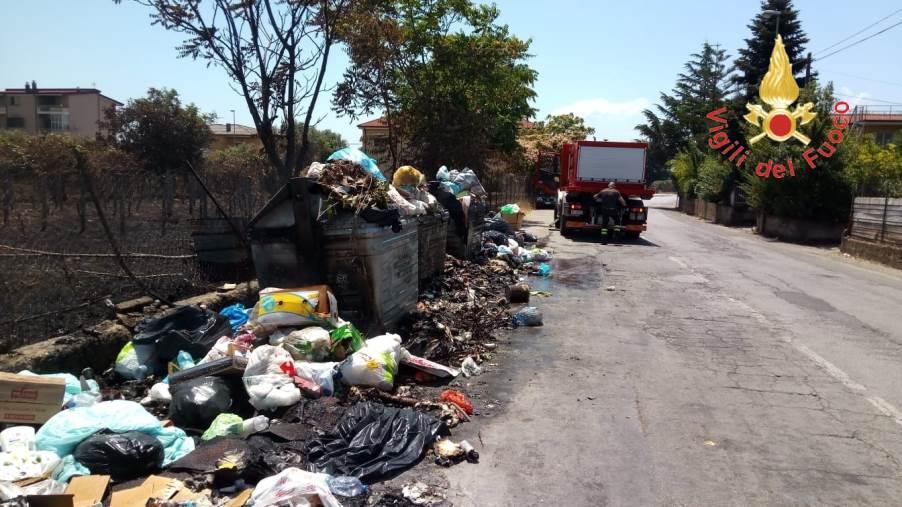 images Lamezia, in fiamme cumuli di rifiuti