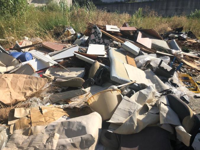 images Cumuli di rifiuti ancora per strada a Cosenza, il Comune chiede di poter aumentare il conferimento negli impianti