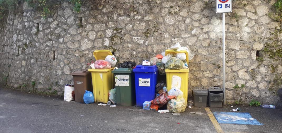 """images La denuncia della prof D'Agostino: """"In via Bellini i rifiuti strabordano dai cassonetti e non vi sono parcheggi per mezzi di soccorso"""""""