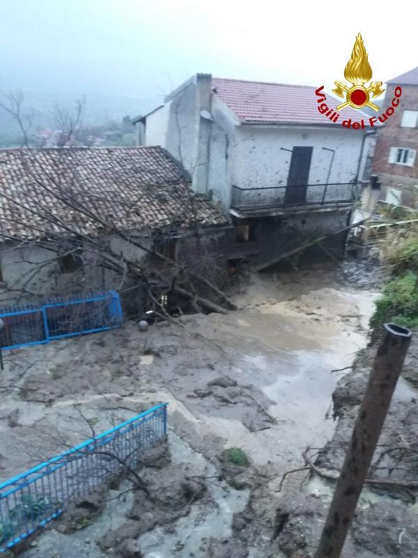 images Cosenza. Frana a Rota Greca: tre case investite dalla massa di fango e detriti