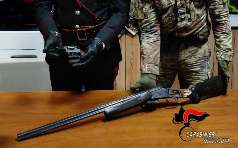 images Lanciarazzi e un fucile pronti all'uso trovati dai carabinieri di Reggio Calabria