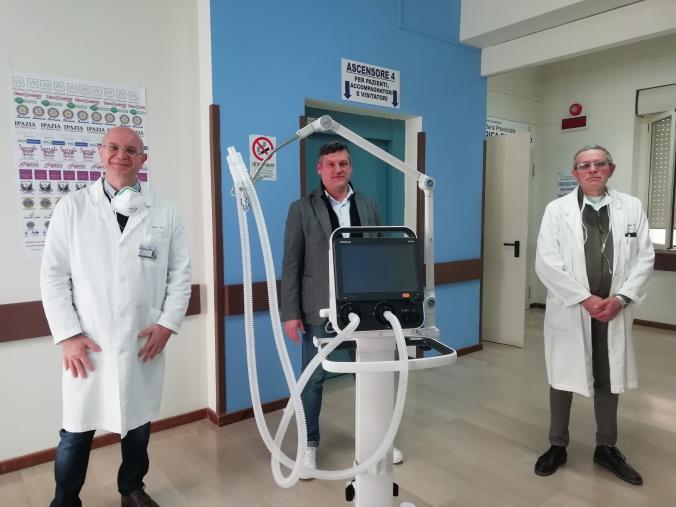 """images L'iniziativa di """"Soverato canta un Natale che conta"""" porta in dote un respiratore artificiale all'ospedale di Soverato"""