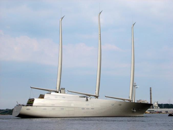 images In rada a Pizzo il più grande yatch a motore assistito a vela: di proprietà di un miliardario russo è lungo 143 metri