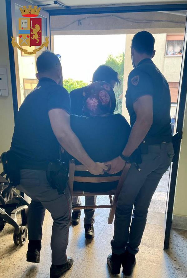 images Reggio Calabria. Rogo in un appartamento: gli agenti delle volanti salvano una coppia di anziani