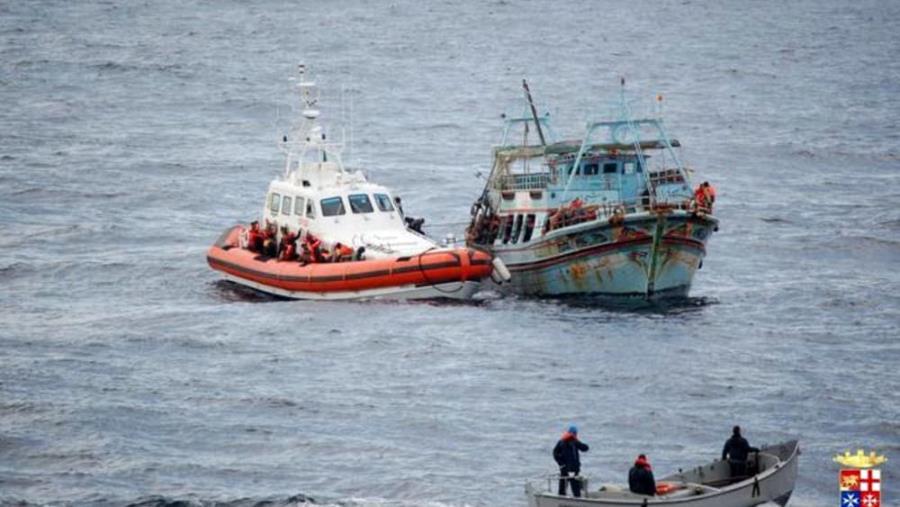 images Migranti. In barca a vela al largo di Crotone, arrivati in 32: tra loro una donna e due bambini