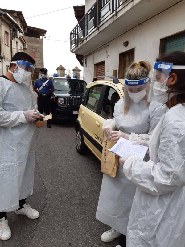 images Seminara. I carabinieri aiutano a far votare le persone positive al Covid