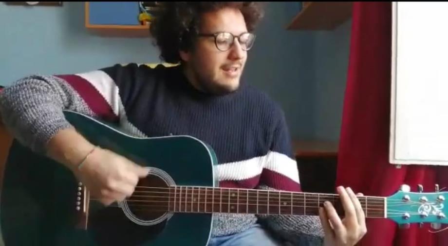 """#iorestoacasa. Simone Mannarino suona il suo ultimo inedito """"Sento"""" per La Nuova Calabria"""