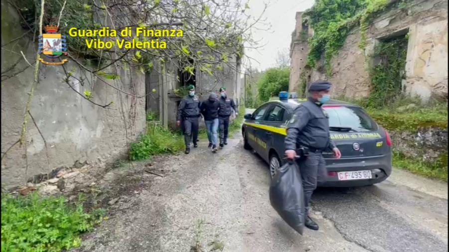 images Ionadi. Nascondeva 2 chili di droga nel tetto dell'abitazione: giovane arrestato