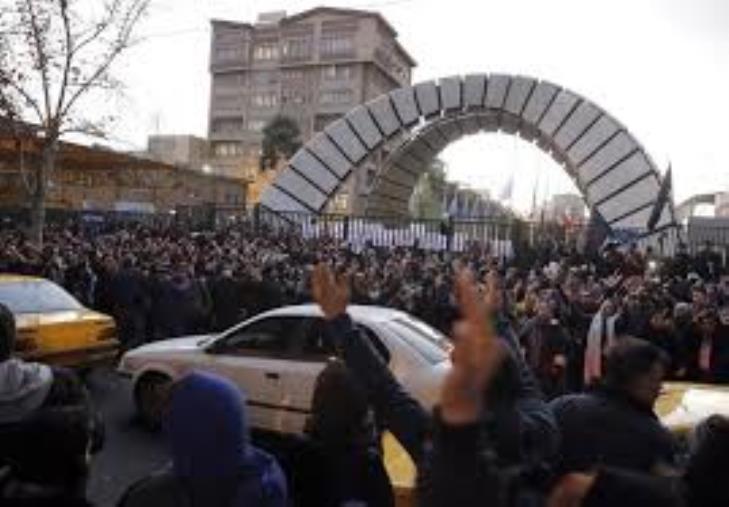"images Teheran ammette: ""L'aereo ucraino abbattuto per errore umano"". La piazza urla ""Via Khamenei"", la polizia spara lacrimogeni"
