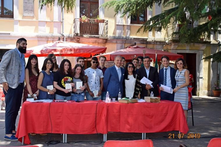 images Il sindaco di Tiriolo consegna la Costituzione ai nuovi maggiorenni