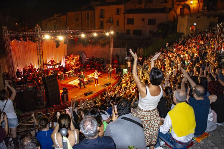images Eurofestival ad Altomonte: i Tiromancino al festival fanno cantare il pubblico
