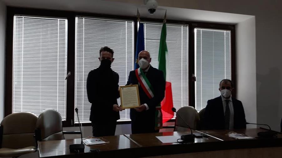 Crotone conferisce l'Encomio Solenne a Tobia Loriga, concittadino campione italiano dei pesi welter