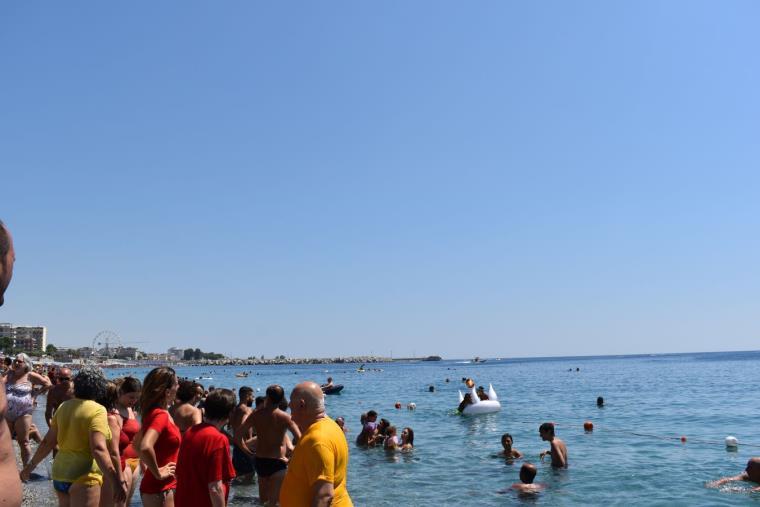 """images Il mare di Catanzaro Lido si colora di giallo e rosso con la seconda edizione di """"TuffiAmo"""" (VIDEO)"""