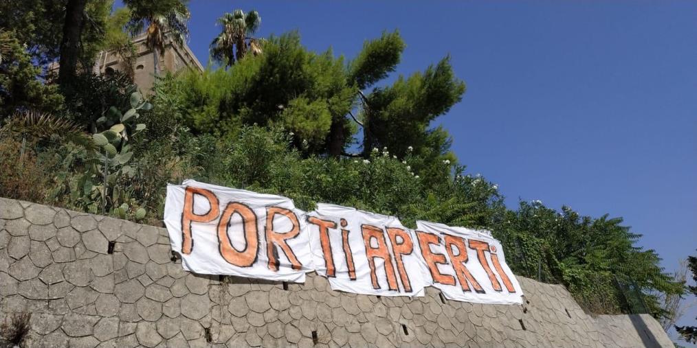 images Spuntano gli striscioni antiSalvini a Soverato (LE FOTO)