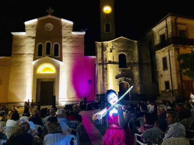 images Estate a Vaccarizzo, violino e bollicine riempiono la piazza