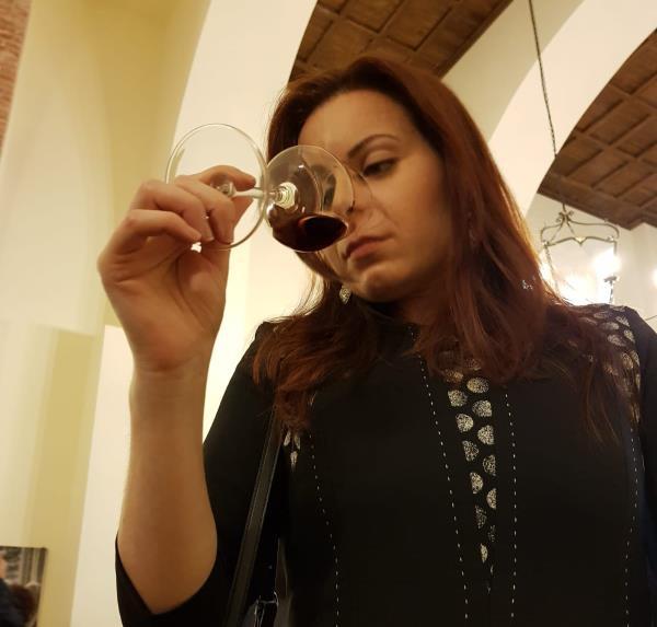 """images La sommelier Valentina Campi e il vino da sorseggiare per un viaggio fantastico alla scoperta dei """"Calanchi di Palizzi Marina"""""""