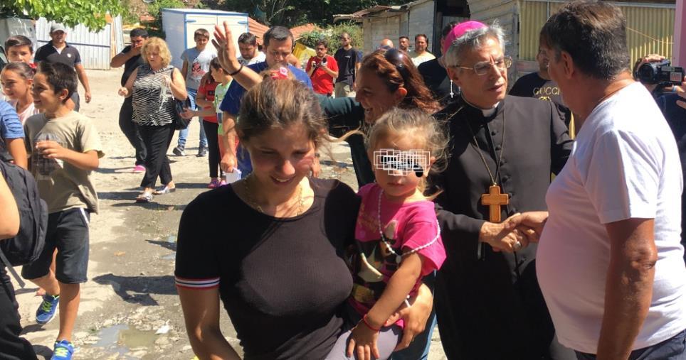 """images Lamezia Terme, Vescovo visita campo Rom: """"Lasciamo cadere i pregiudizi. Solo l'amore accorcia le distanze"""""""