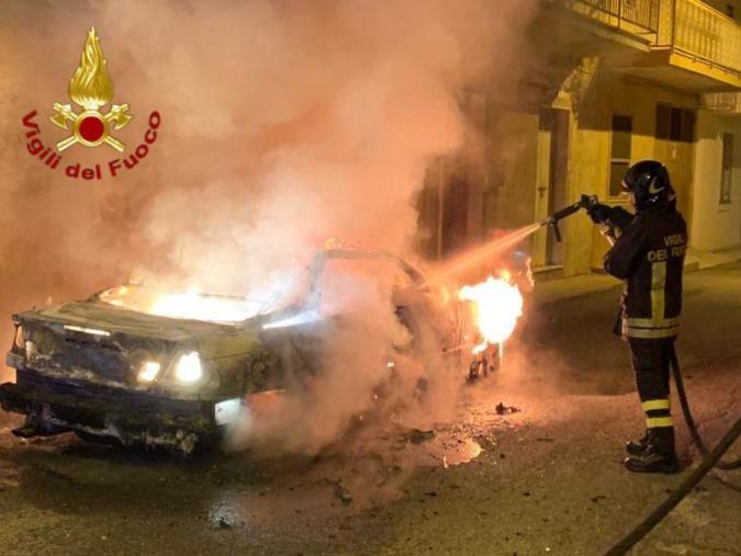 images Vigili del fuoco spengono un'auto in fiamme ad Isola Capo Rizzuto