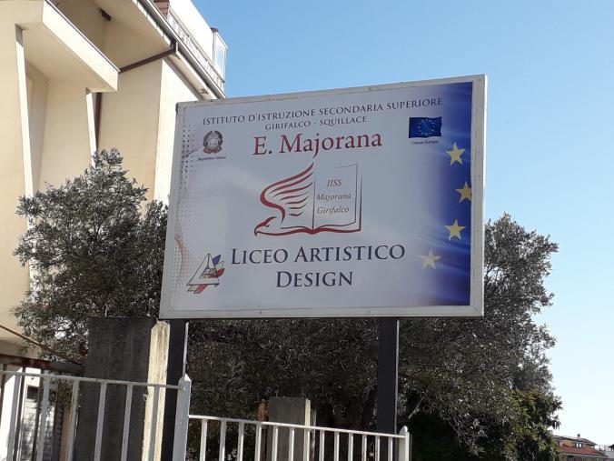 images Squillace, nella zona Lido installata l'insegna del Liceo artistico. Imminente il trasloco