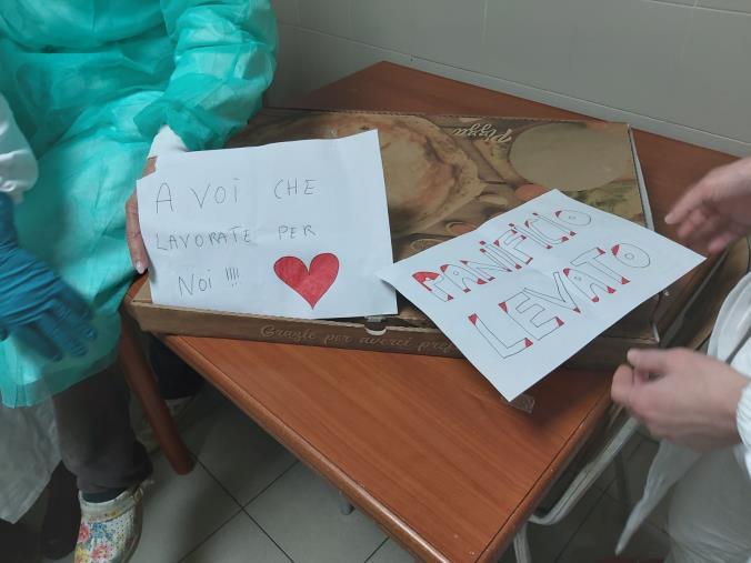 images Coronavirus. Il panificio Levato offre la pizza ad alcuni operatori dell'ospedale di Catanzaro