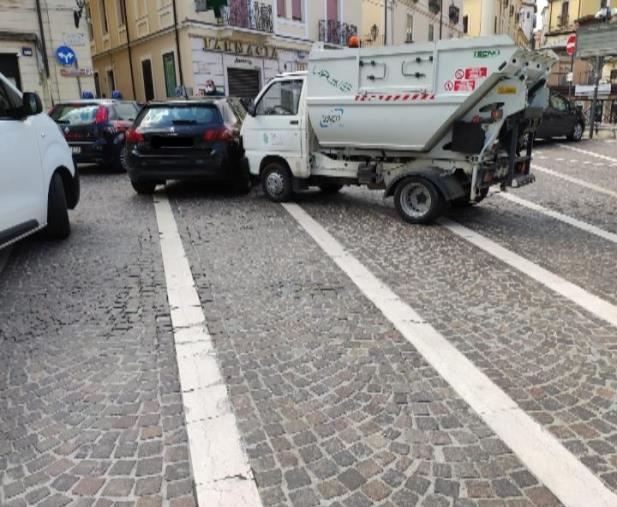 images Scontro fra un mezzo della Sieco e un'auto nei pressi del Politeama di Catanzaro