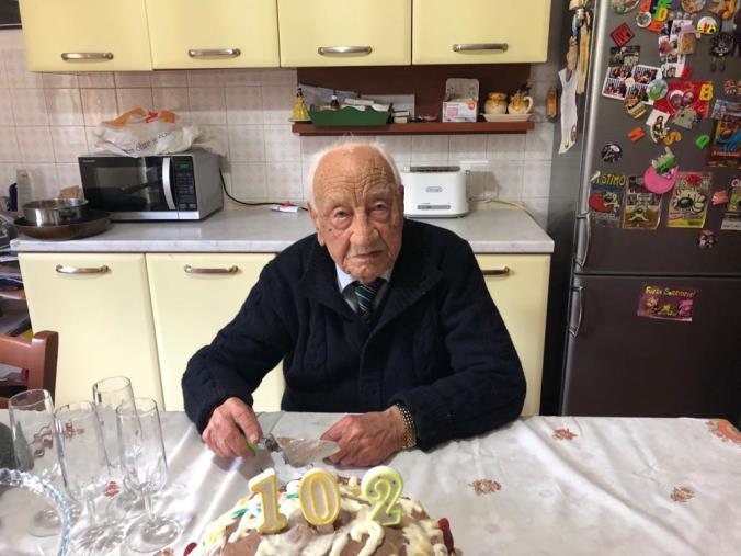"""images Squillace, i 102 anni di Saverio Maida. Nato durante l'epidemia Spagnola e soldato nella Regia Marina. Il messaggio: """"Ce la faremo!"""" (VIDEO)"""