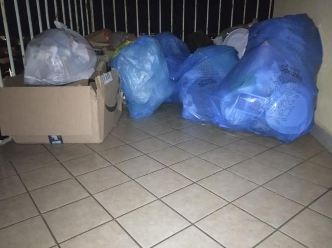 images Catanzaro. Nessuno raccoglie la spazzatura ai positivi: una ragazza da 26 giorni con i rifiuti sul balcone