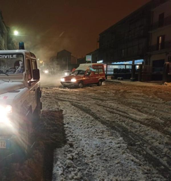 images Nevicata a Girifalco. I vigili del fuoco a lavoro tutta la notte per diversi interventi di messa in sicurezza