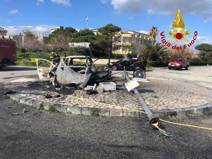 images Sbattono con l'auto a Guardavalle: la vettura s'incendia e gli occupanti si dileguano. Verifiche in corso