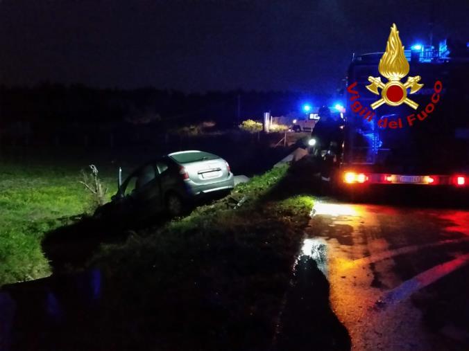 images Davoli Marina, perdono il controllo dell'auto e finiscono in un canale: un ferito