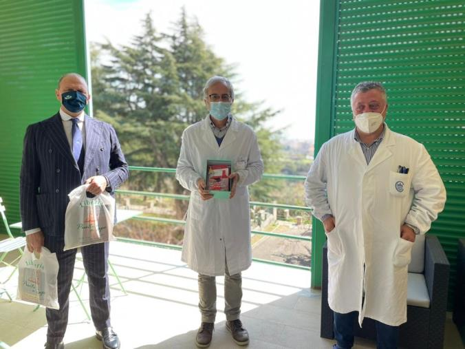 images Biblioteche nei reparti Covid: consegnati da Vitambiente i libri ad oncoematologia del 'De Lellis'
