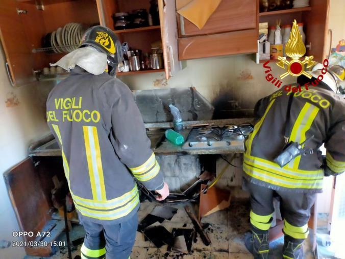 images Catanzaro. Incendio di un'abitazione con un'anziana all'interno: illesa