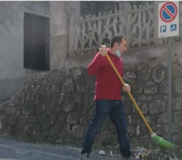 images Il sindaco di Belcastro Antonio Torchia spazza le vie, i complimenti dei cittadini