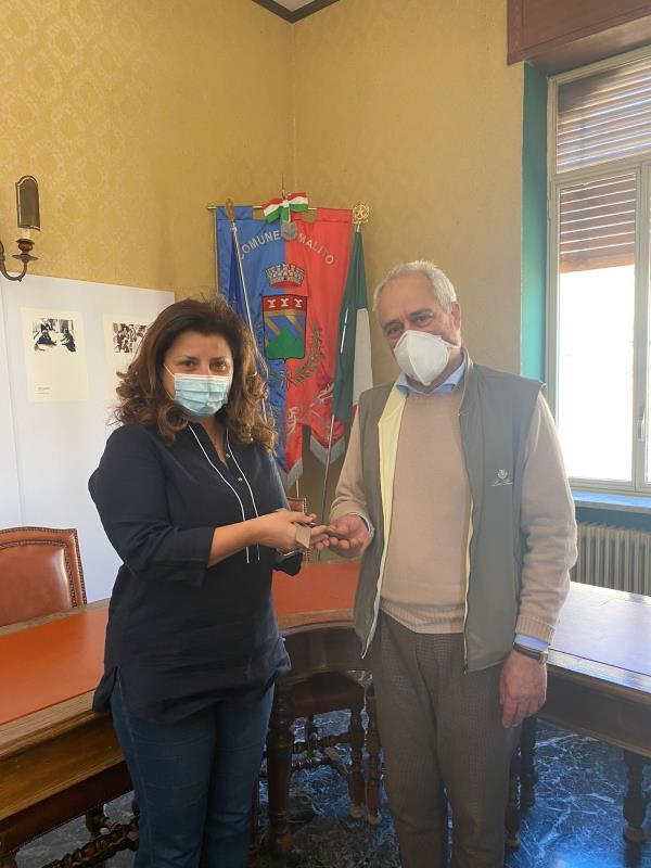 images Malito. Consegnate al sindaco le chiavi del Palazzo donato da Jole Santelli: sarà un contenitore culturale