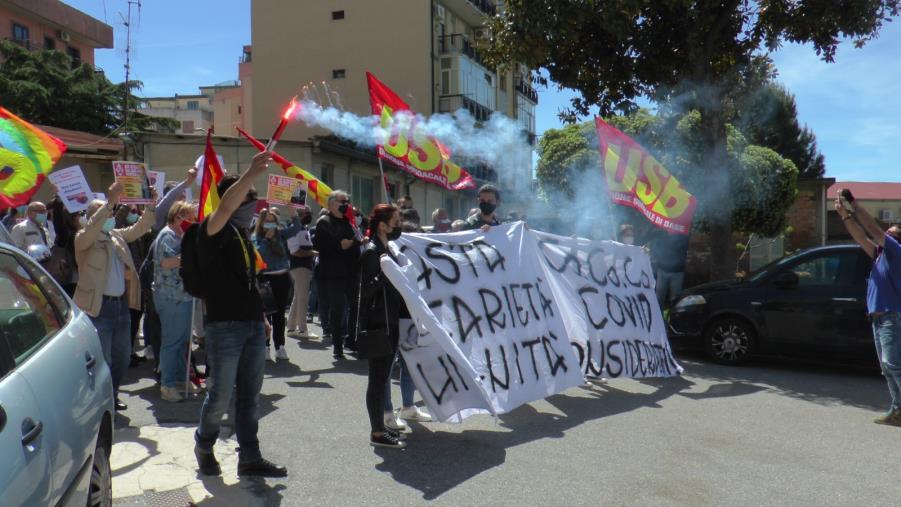 images S. Anna Hospital. La protesta dei lavoratori sotto la sede dell'Asp di Catanzaro
