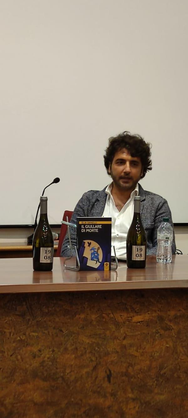 """images """"Libri & bollicine"""". Presentato al Musmi di Catanzaro """"Il giullare di Morte"""" dello scrittore Elia Banelli"""
