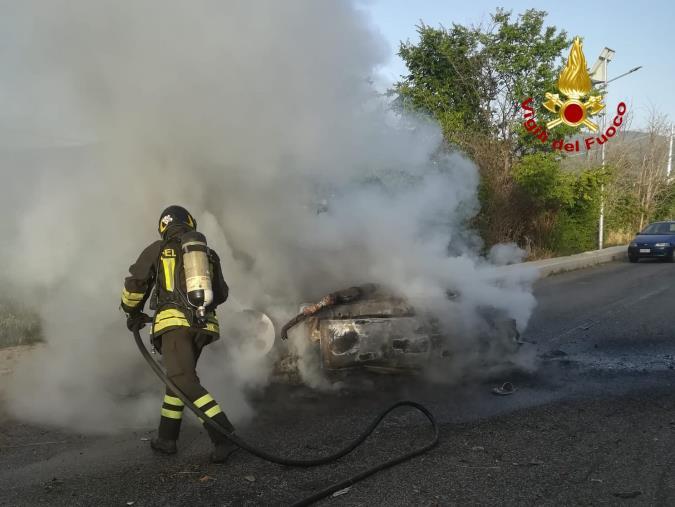 images Incidente tra Squillace e Vallefiorita: un'auto finisce su un marciapiede e l'auto si ribalta