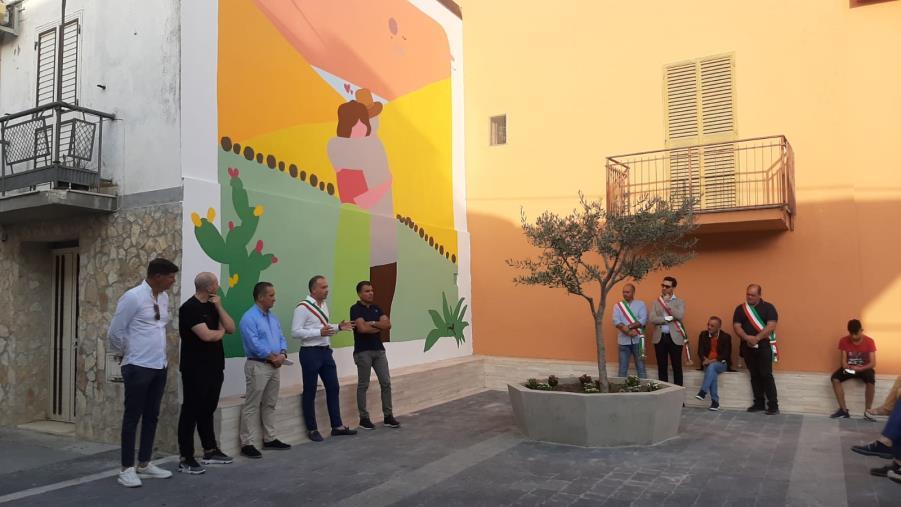 images Marcedusa. Nel Murales di Massimo Sirelli c'è tutto l'amore per la propria terra e quel preziosissimo ritorno alla vita