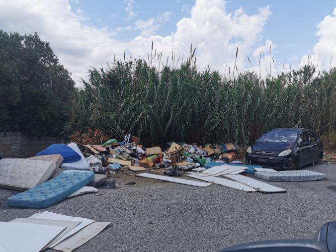 images Catanzaro. Degrado in Via Sicilia: I residenti segnalano una discarica a cielo aperto nel quartiere Sud della città
