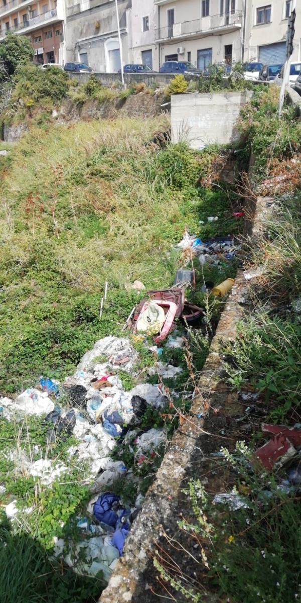 images Catanzaro. I residenti segnalano lo stato di degrado in Via Carlo V, dove regna l'abbandono selvaggio di rifiuti