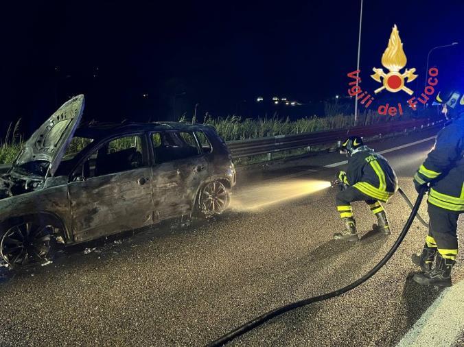 images Catanzaro. Auto in fiamme sulla statale 106: illesi i passeggeri