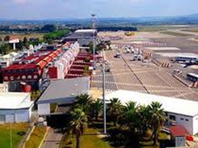 images Con un documento falso per l'imbarco all'aeroporto: cinese arrestato a Lamezia Terme