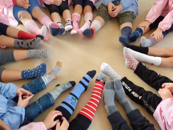 images Ic Cropani-Simeri Crichi, piedini colorati per celebrare la Giornata Mondiale dei Calzini Spaiati