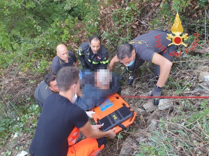 images Albi. Precipita in un dirupo durante un'escursione, salvato dai vigili del fuoco