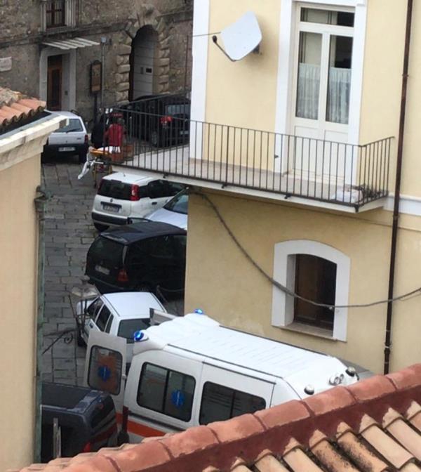 images Catanzaro. Ambulanza bloccata dal 'parcheggio selvaggio' al Pianicello