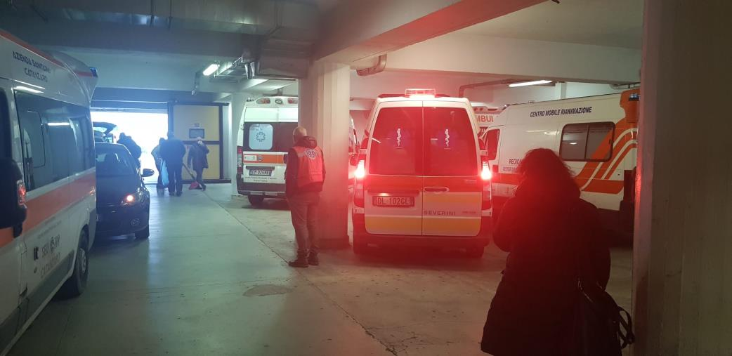 """images Sanità nel caos. Sette ambulanze """"bloccate"""" al pronto soccorso di Catanzaro perché mancano le barelle (FOTO E VIDEO)"""