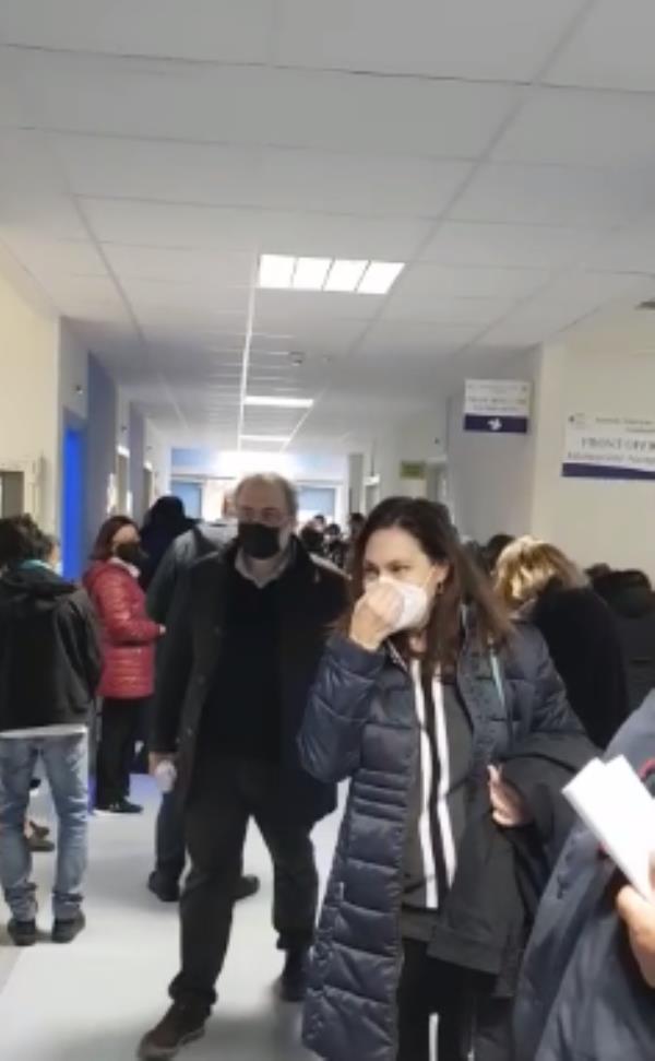 images Caos vaccini all'ospedale di Soverato: l'attesa diventa assembramento, intervengono i carabinieri
