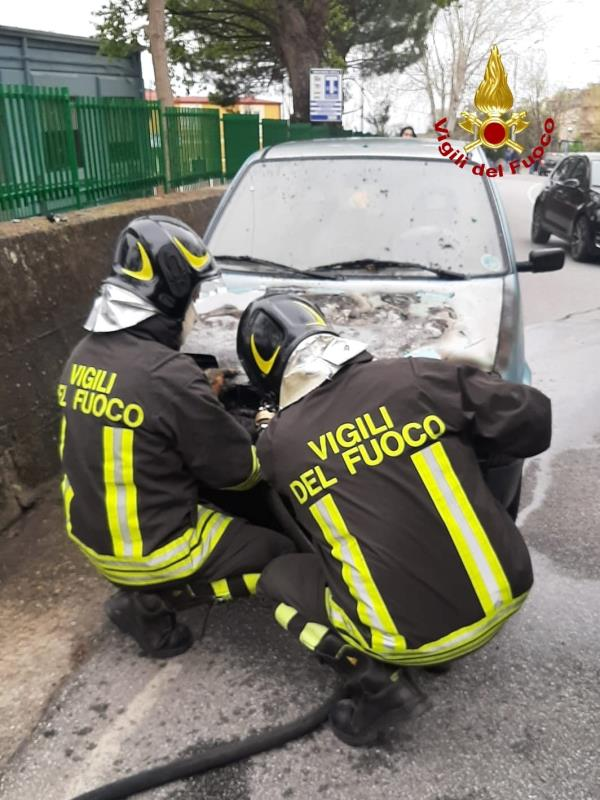 images Catanzaro. Auto in fiamme nel quartiere Janò: intervengono i vigili del fuoco