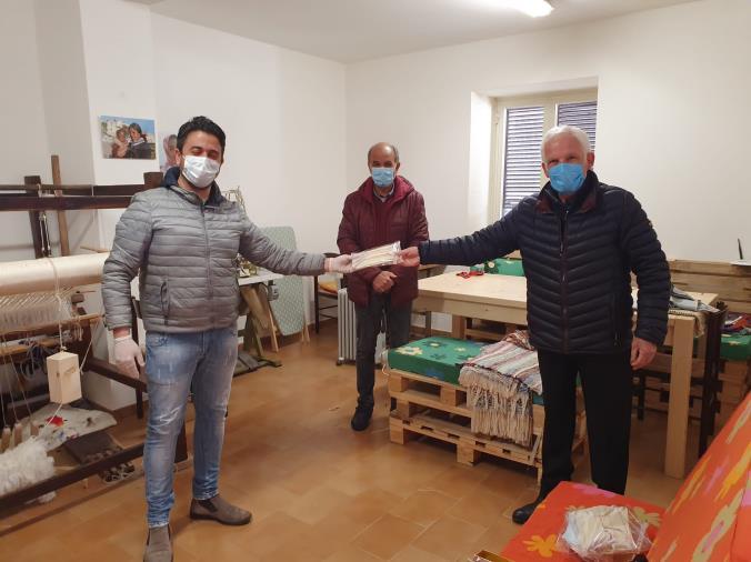 images Coronavirus. Il sindaco di Camini offre al collega di Badolato le mascherine prodotte dagli immigrati: quando il gemellaggio tra Comuni funziona